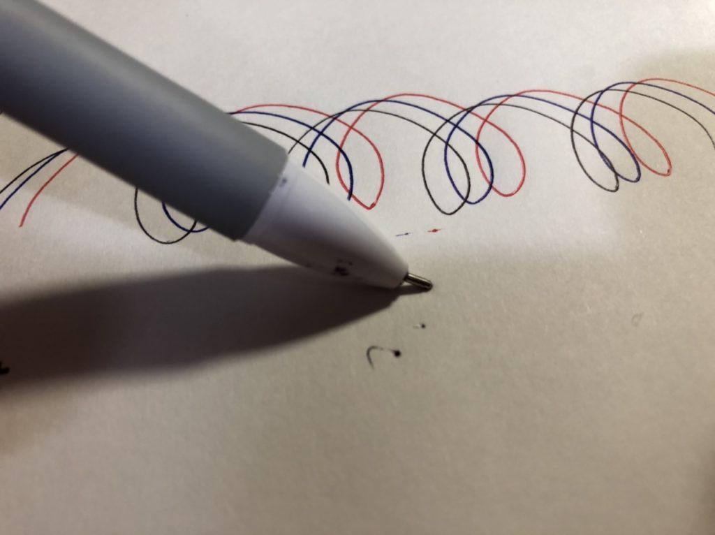 ダイソーの三色ボールペン