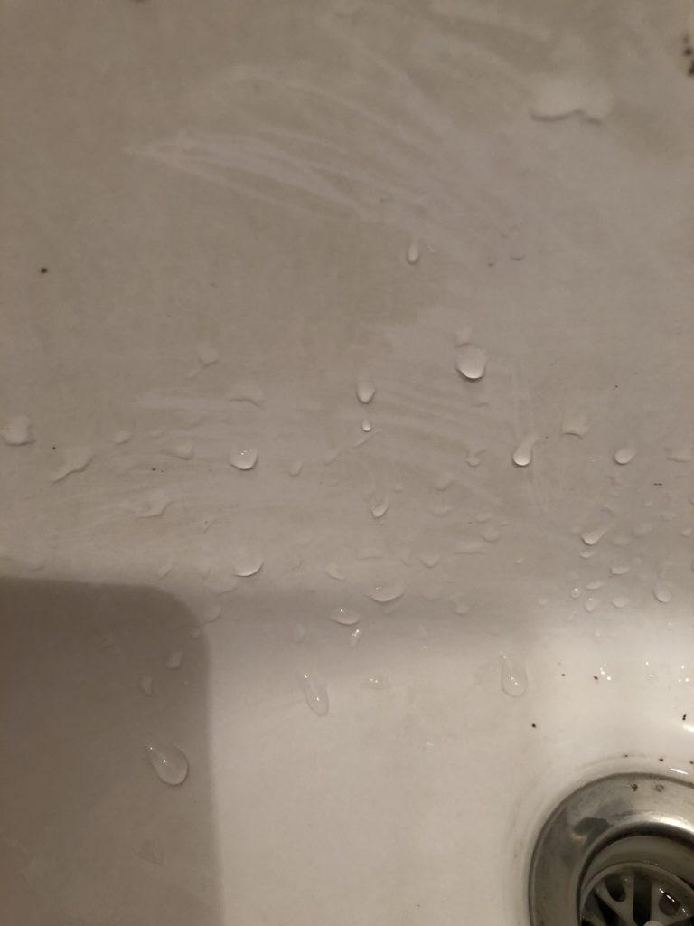 汚れでくすんだ陶器の洗面台